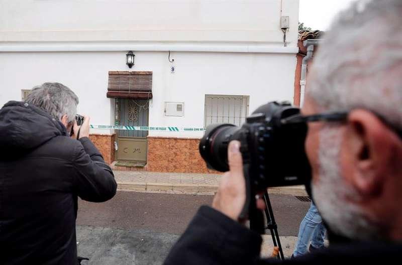 Periodistas ante la casa del autor confeso del crimen de Marta Calvo. EFE/Manuel Bruque/Archivo