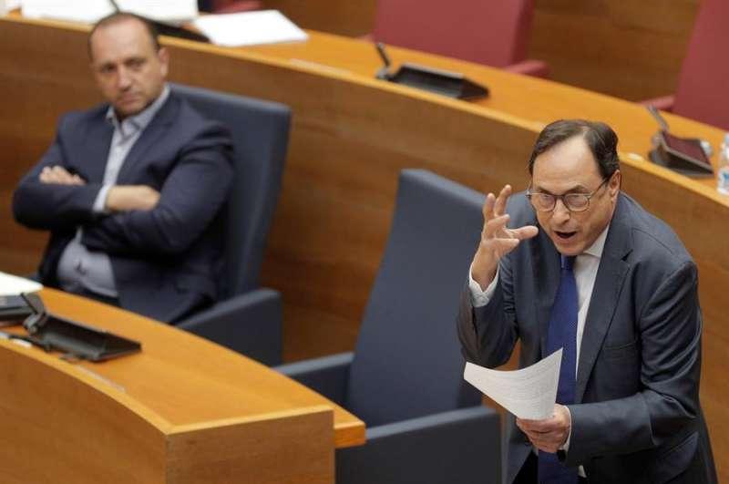 El conseller de Hacienda, Vicent Soler (d), junto al vicepresidente segundo, Rubén Martínez Dalmau. EFE/Kai Försterling
