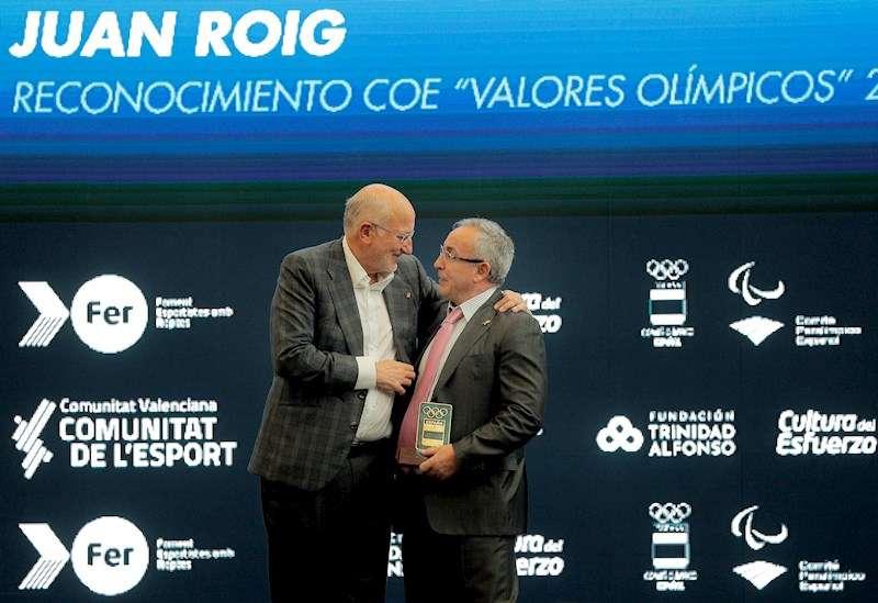 El presidente del COE, Alejandro Blanco, entrega al presidente de la Fundación Trinidad Alfonso, Juan Roig, una placa de reconocimiento. EFE