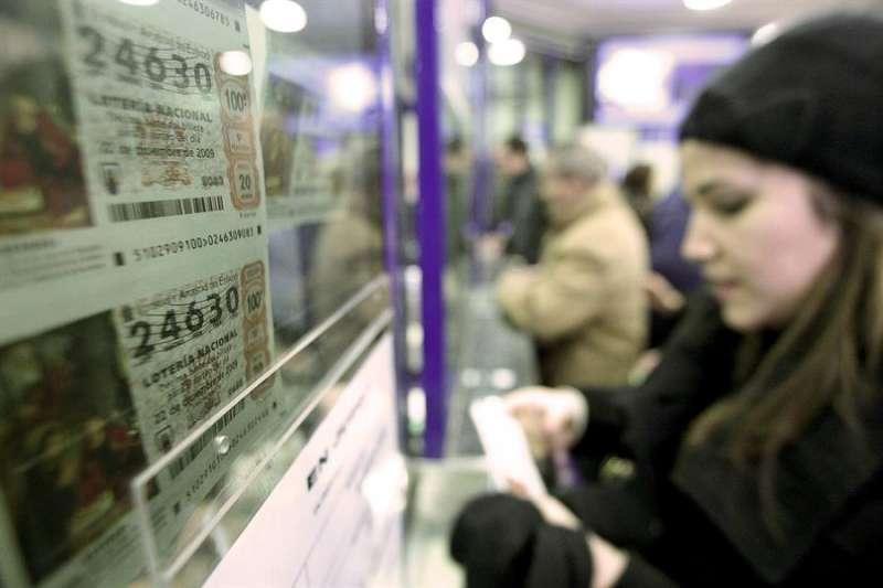 Imagen de archivo de una administración de Lotería. EFE /Manuel Bruque