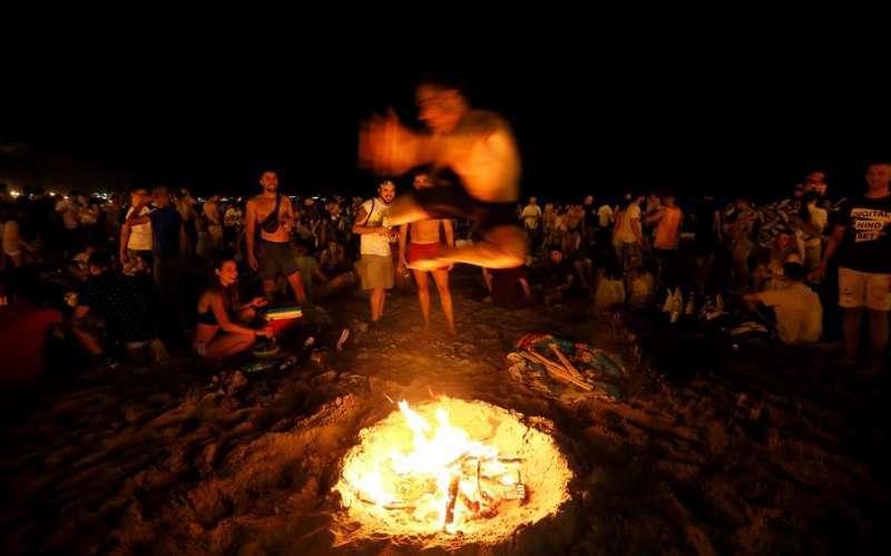 Celebración de la noche de San Juan en una playa. EFE