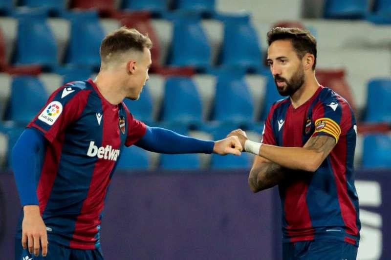 El centrocampista del Levante UD Morales (d) celebra un gol con su compañero defensa del Levante UD Carlos Clerc (i). EFE/Biel Aliño/Archivo.