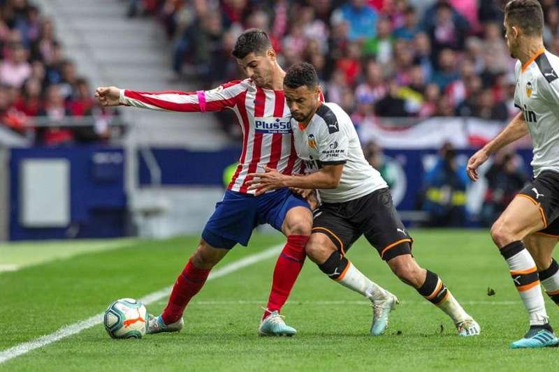 Morata (i) disputa un bal�n con Francis Coquelin el pasado 19 de octubre en el estadio Wanda. EFE/ Rodrigo Jim�nez/ Archivo