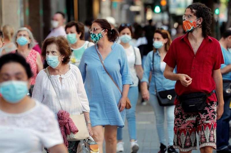 Varias personas caminan con la mascarilla estos días. EFE