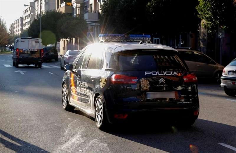 Coche y furgón de la Policía NAcional que traslada a acusados. EFE/Villar López/Archivo