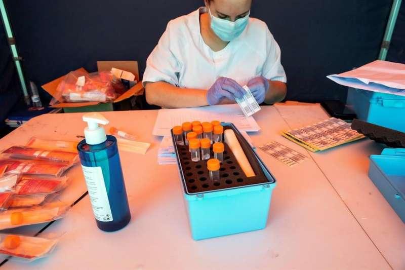 Una sanitaria prepara un test PCR, en una imagen reciente. EFE/Paco Santamaría
