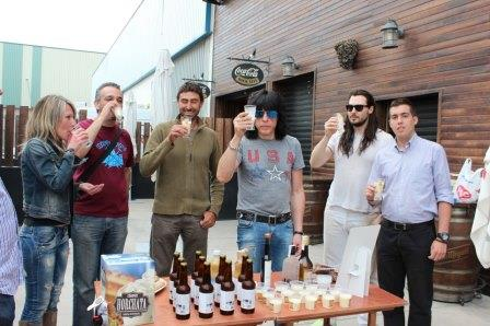 Marky Ramone, ex batería del mítico  grupo The Ramones y el músico de rock californiano  Andrew WK probaron los productos que se elaboran a partir de la Xufa de Almàssera. Foto: EPDA.