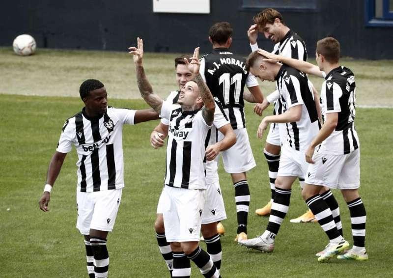 El jugador del Levante Roger celebra su gol ante el Osasuna en la victoria de su equipo por 1-3. EFE/ Jesus Diges