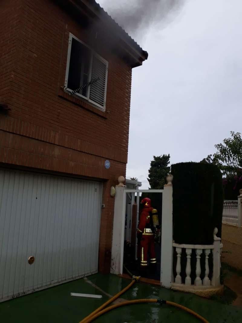 Imagen del incendio que ha afectado a una de las habitaciones de la primera planta. / EPDA