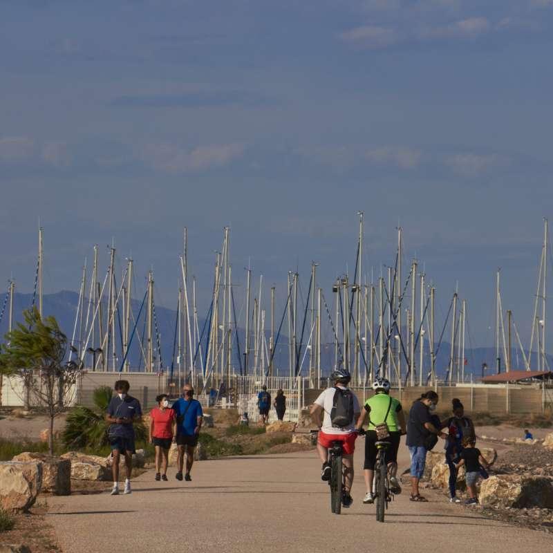 Ciclistas circulan por el sendero azul