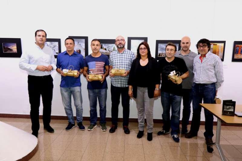 La concejala de Turismo y el portavoz del PP con los premiados. EPDA