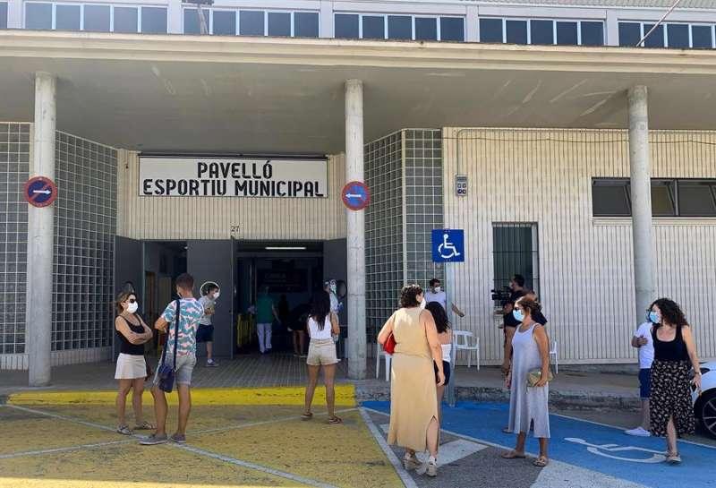 Vecinos de la localidad valenciana de Benigànim esperan a las puertas del pabellón polideportivo municipal para realizarse pruebas PCR. EFE/Raquel Segura/Archivo