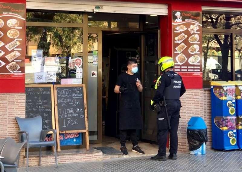 Agente de policia local hablando con una ciudadana