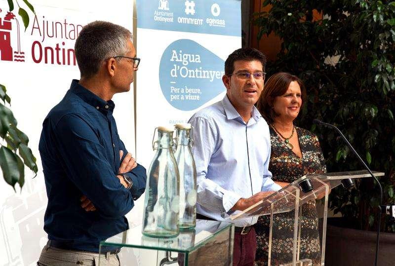Imagen de la nueva campaña de agua embotellada, facilitada por el Ayuntamiento de Ontinyent. EFE