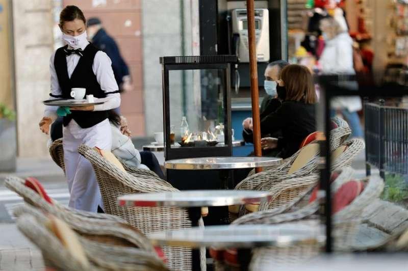 Una camarera, en una terraza en València. EFE