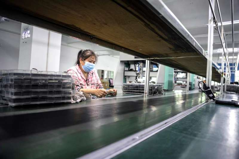 Una mujer trabaja en una fábrica. EFE/Archivo