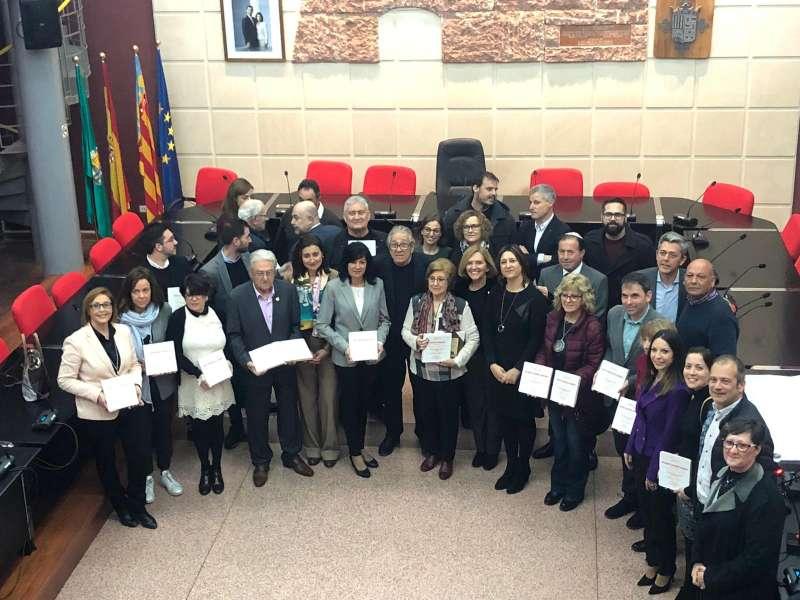 Foto de familia de los vecinos homenajeados con los alcaldes de la comarca. / EPDA