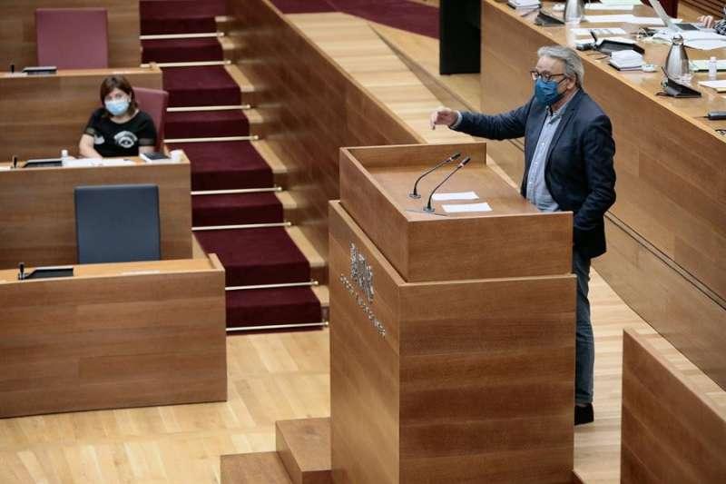 El portavoz del grupo socialista en Les Corts, Manuel Mata, en la tribuna de oradores. EFE/Biel Aliño/Archivo