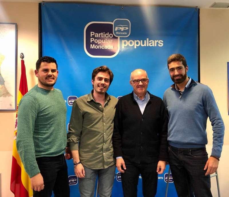 Los concejales con el senador Fernando de Rosa en Moncada. EPDA