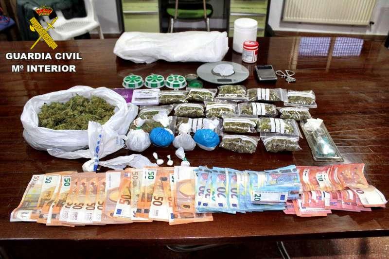 Droga y dinero en efectivo requisados en la operación. / EPDA