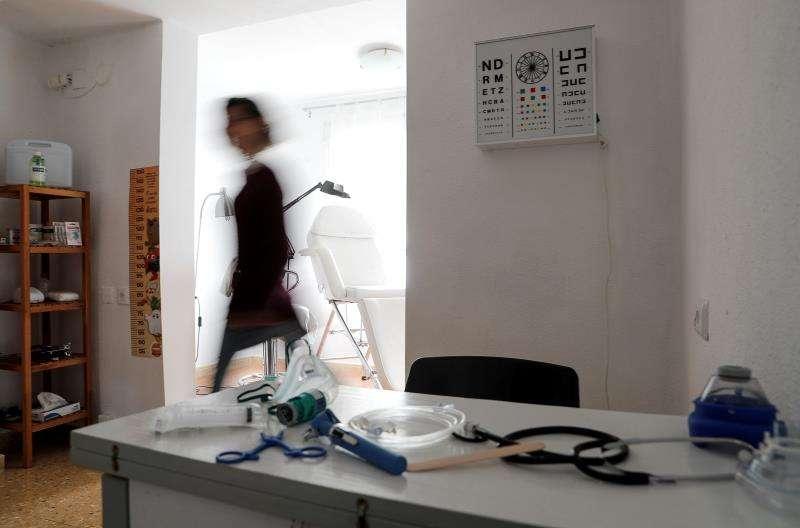 En la imagen, una de las terapeutas en el espacio del centro que recrea la consulta del médico./ EFE