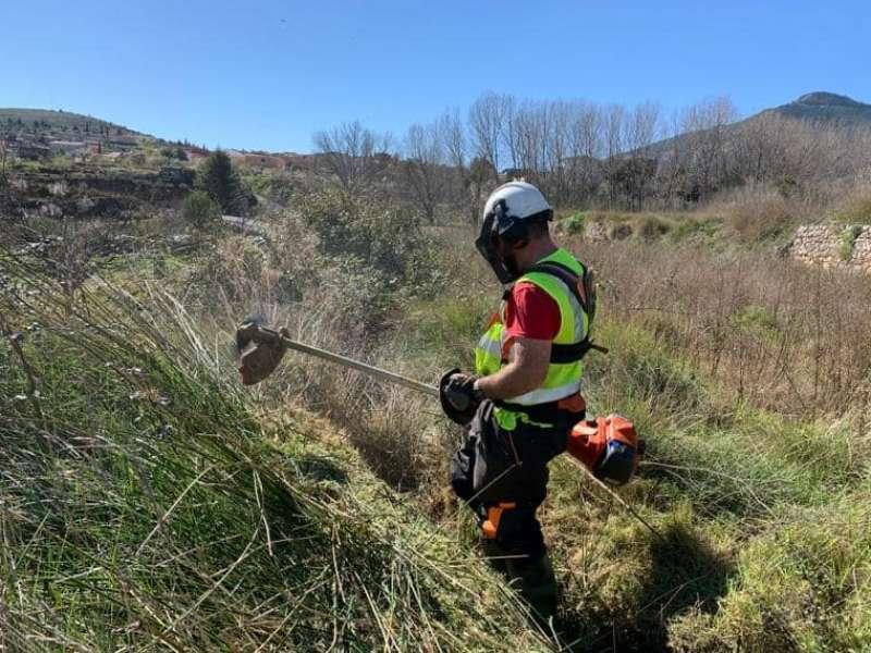Un operario realiza labores de limpieza en el monte, en Chera