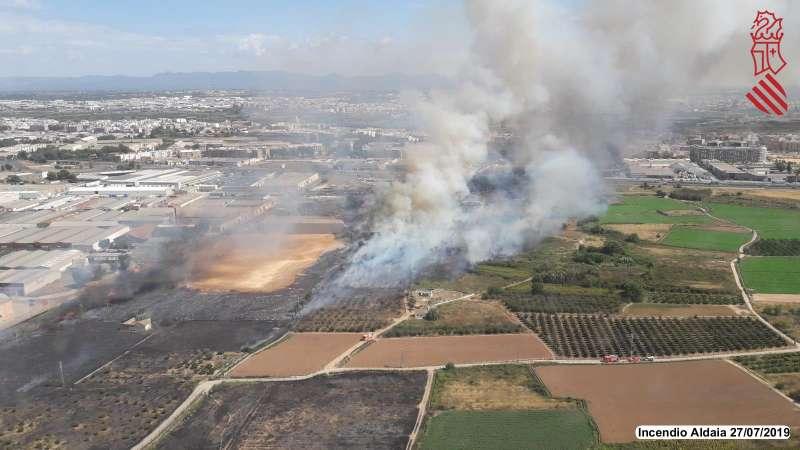 Imagen twitter GVA112 del incendio en el término de Aldaia declarado este sábado.
