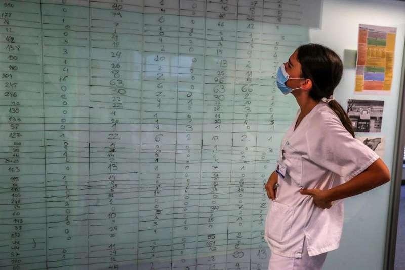 Una sanitaria del Hospital Puerta de Hierro de Madrid. EFE/JuanJo Martín/Archivo