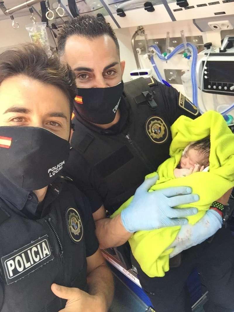 Los agentes con la recién nacida en Albuixech. EPDA