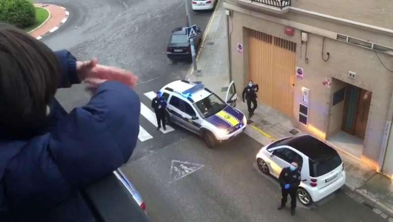 La Policía Local de Benetússer felicitando a uno de los vecinos. / EPDA
