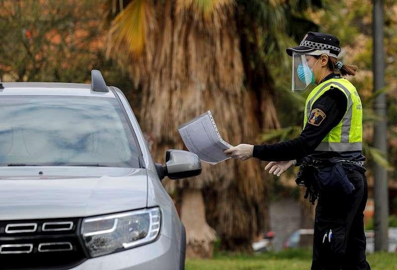 Una agente de la Policía Local en un control realizado en una de las entradas a València. EFE