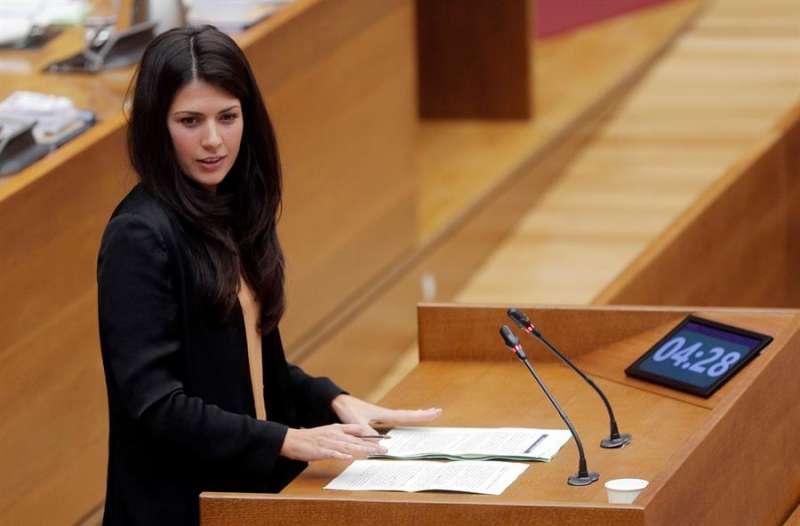 La portavoz de Unides Podem, Naiara Davó, durante su intervención en la sesión de control de Les Corts EFE
