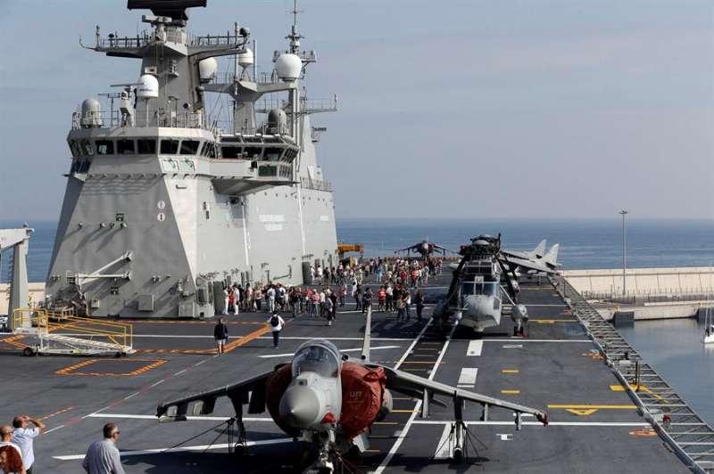 El portaviones Juan Carlos I, el mayor buque de guerra de la Armada con 231 metros de eslora y un desplazamiento de 27.000 toneladas, en València. EFE/Juan Carlos Cárdenas/Archivo