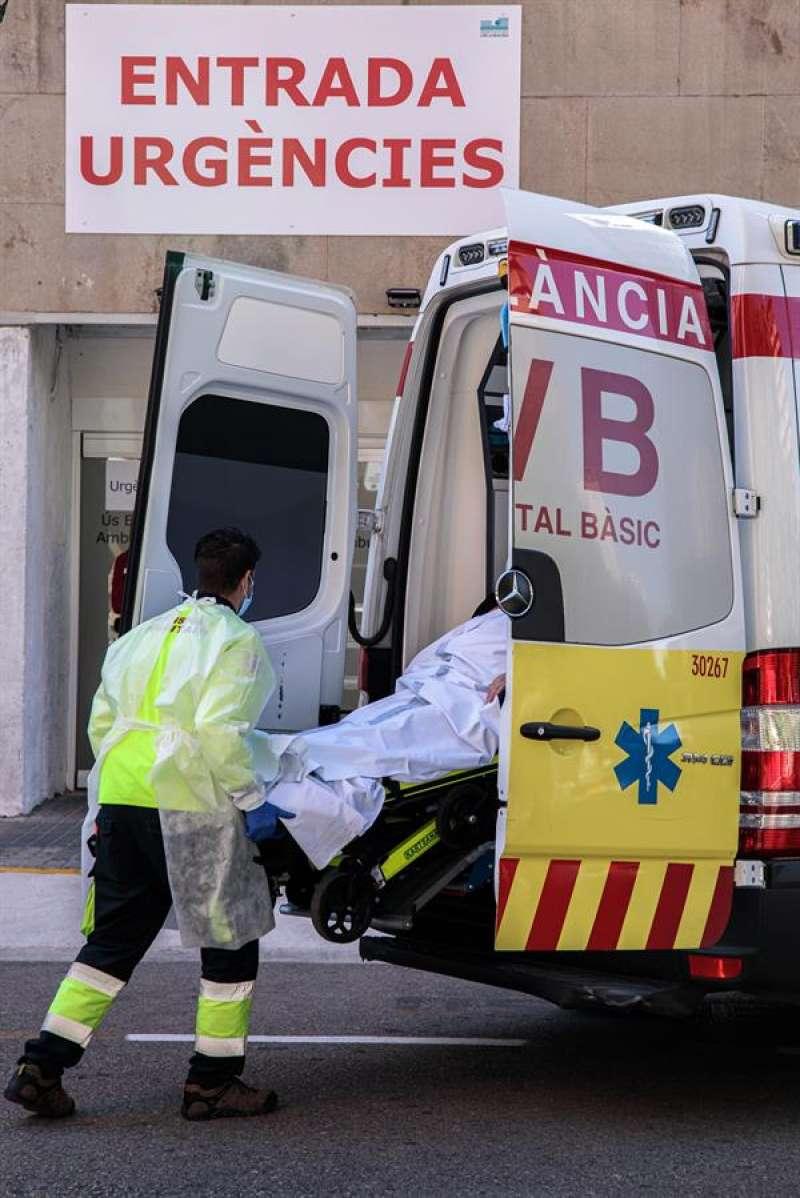 Un sanitario con equipo de protección especial para evitar contagios de coronavirus, traslada a un paciente de una ambulancia a Urgencias de un hospital. EFE