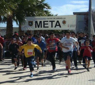 El alcalde de la localidad, Enrique Ortí, ha estado presente en el acto y ha dado la salida a la carrera. FOTO: EPDA.