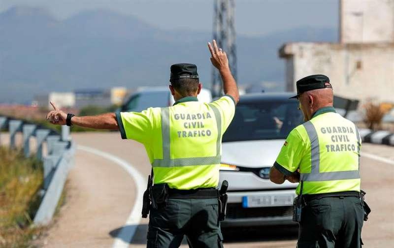 Un agente de la Guardia Civil de Tráfico da el alto a un vehículo durante un control. EFE/ Manuel Bruque/Archivo
