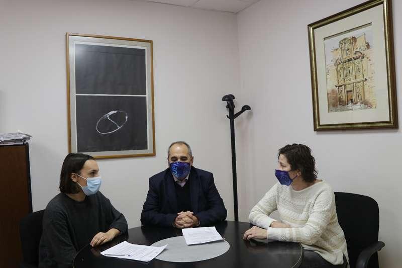 Instante de la firma del convenio entre Servicios Sociales y Primitiva. / EPDA