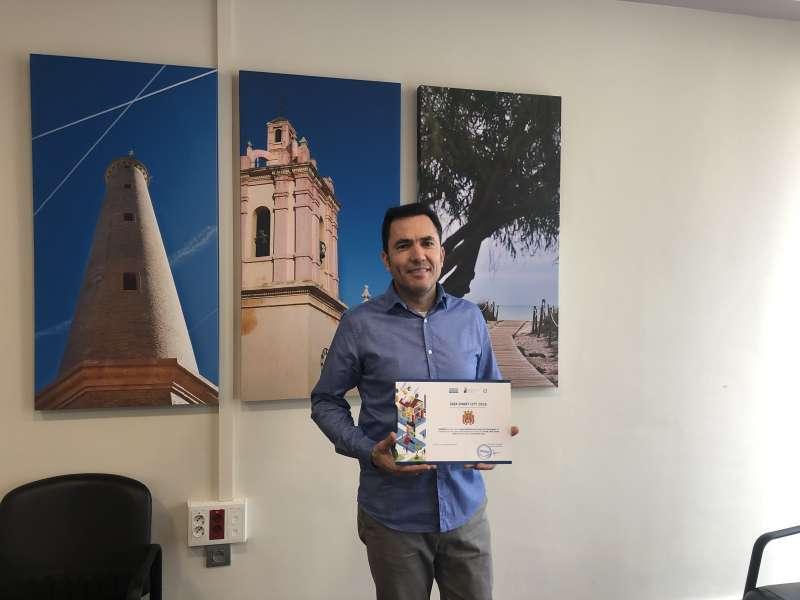 Entrega de la guía smart city al alcalde de Canet, Pere Antoni. EPDA