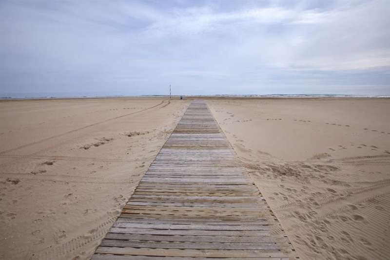 Imagen de una playa valenciana completamente vacía durante esta pandemia. EFE/Natxo Francés/Archivo