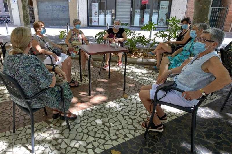 Un grupo de mujeres sentadas en una terraza en el paseo Germanías de Gandia. EFE