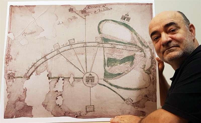 El catedrático Gabriel Songel posa ante el mapa de Alcublas, en una imagen facilitada por la UPV. EFE