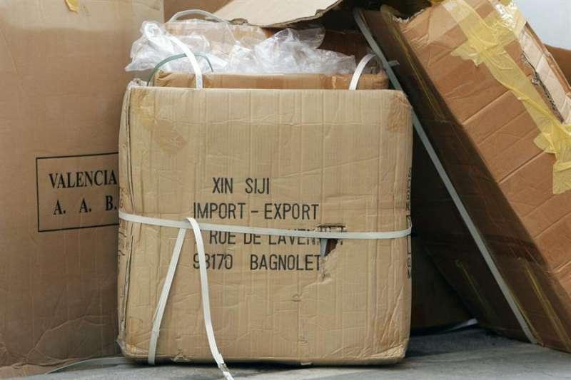 Varias cajas vacías de productos chinos en València. EFE/Juan Carlos Cárdenas/Archivo
