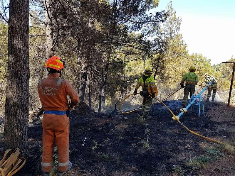 Bomberos sofocando un incendio. / EPDA