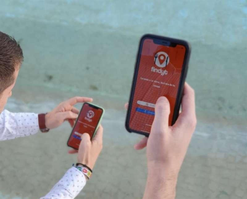 Dos personas prueban la app, en una imagen facilitada por sus impulsores.