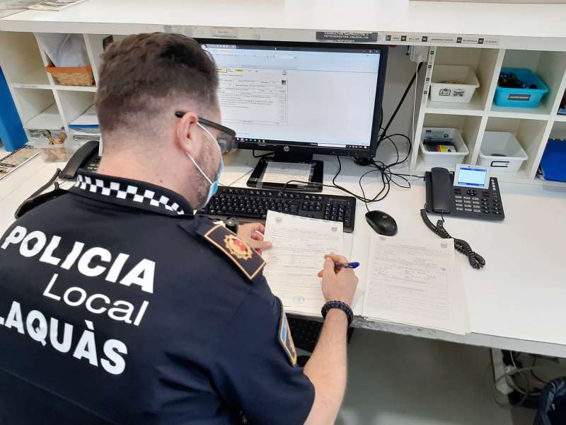 Policia redactando un multa. EPDA