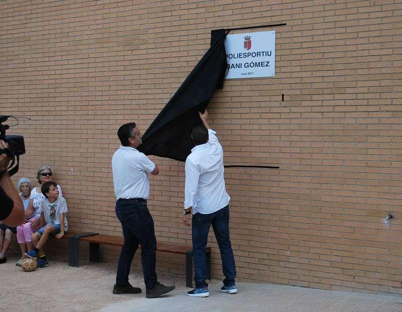 Descubrimiento de la placa del polideportivo de Benavites. EPDA