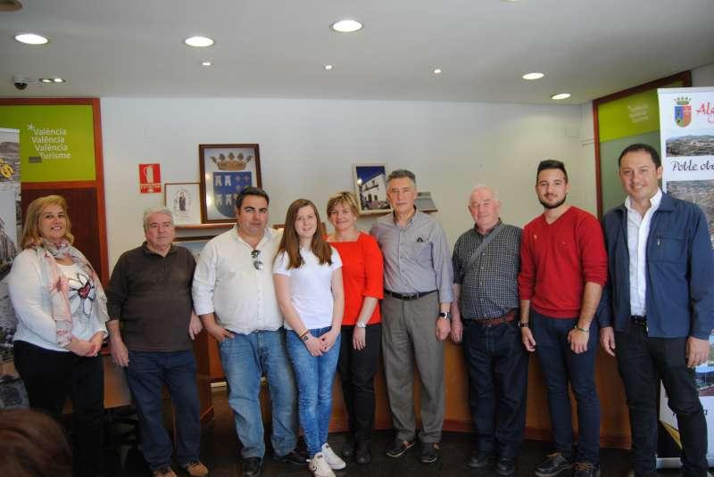 Pilar Moncho con los representantes de Torres-Torres i Algar de Palància. DIVAL