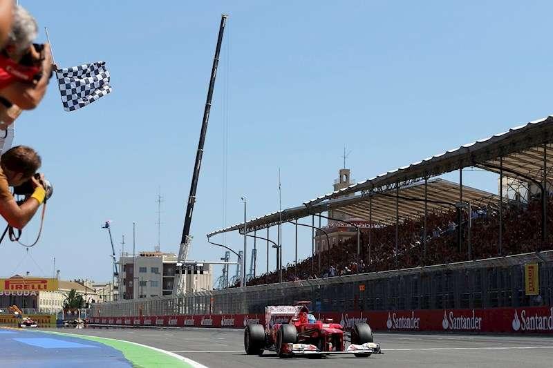 El piloto español de Fórmula Uno Fernando Alonso cruza la línea de meta en primera posición en el Gran Premio de Europa. EFE