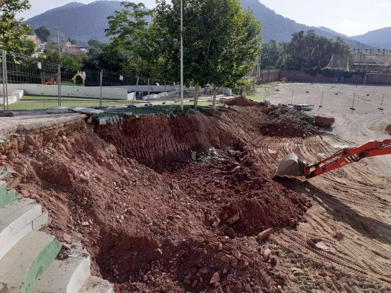Obres de construcció del nou camp de fútbol de gespa artificial. / EPDA