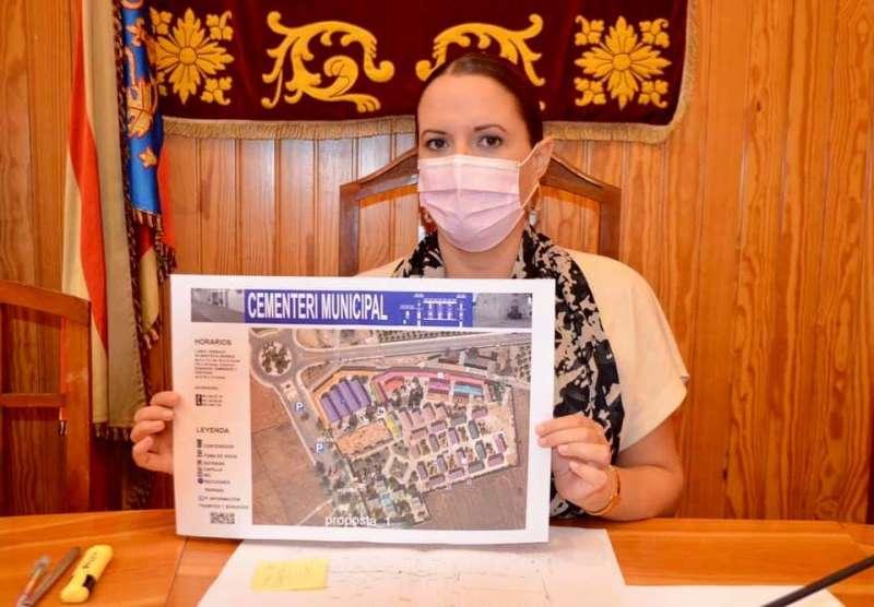 La alcaldesa Amparo Orts muestra el nuevo protocolo. EPDA